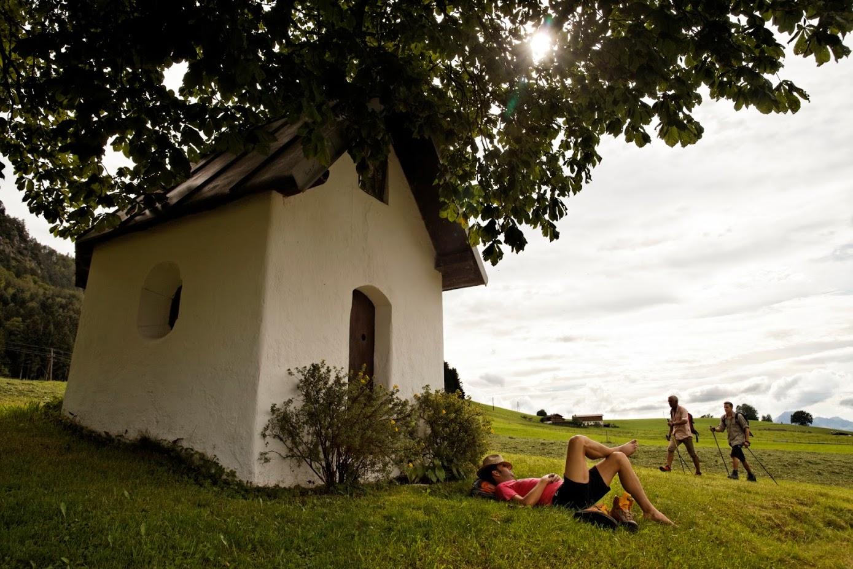 Kapelle mit Wanderern im Sommer