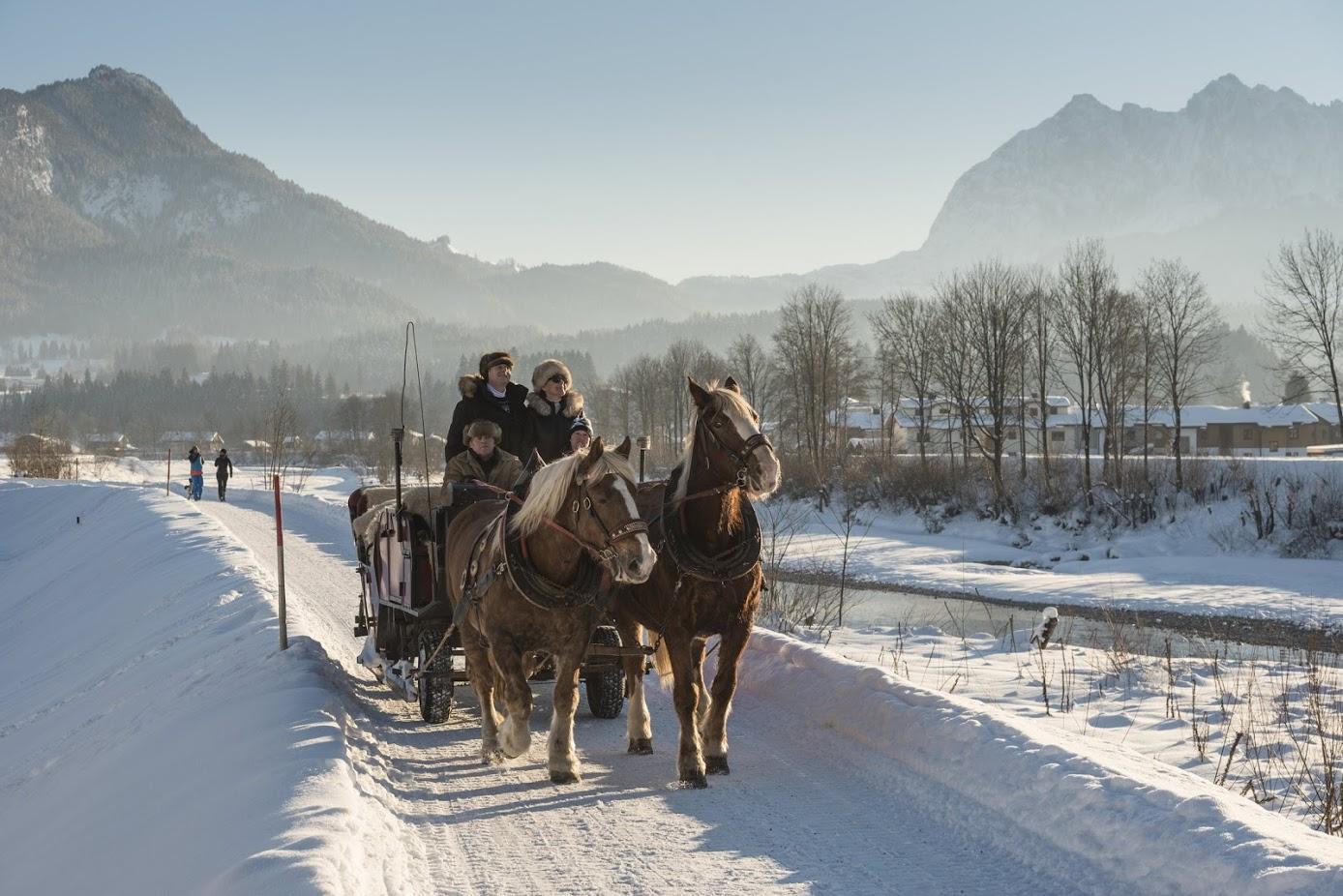 Kutschenfahrt im Winter neben der Ache