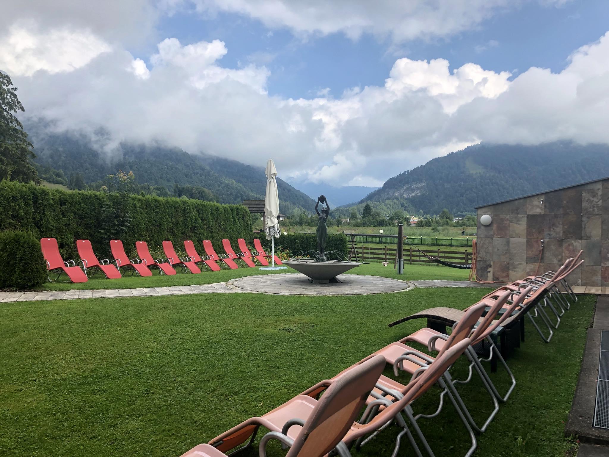 Liegewiese des Hotel Waidachhof mit Liegestühlen und Brunnen