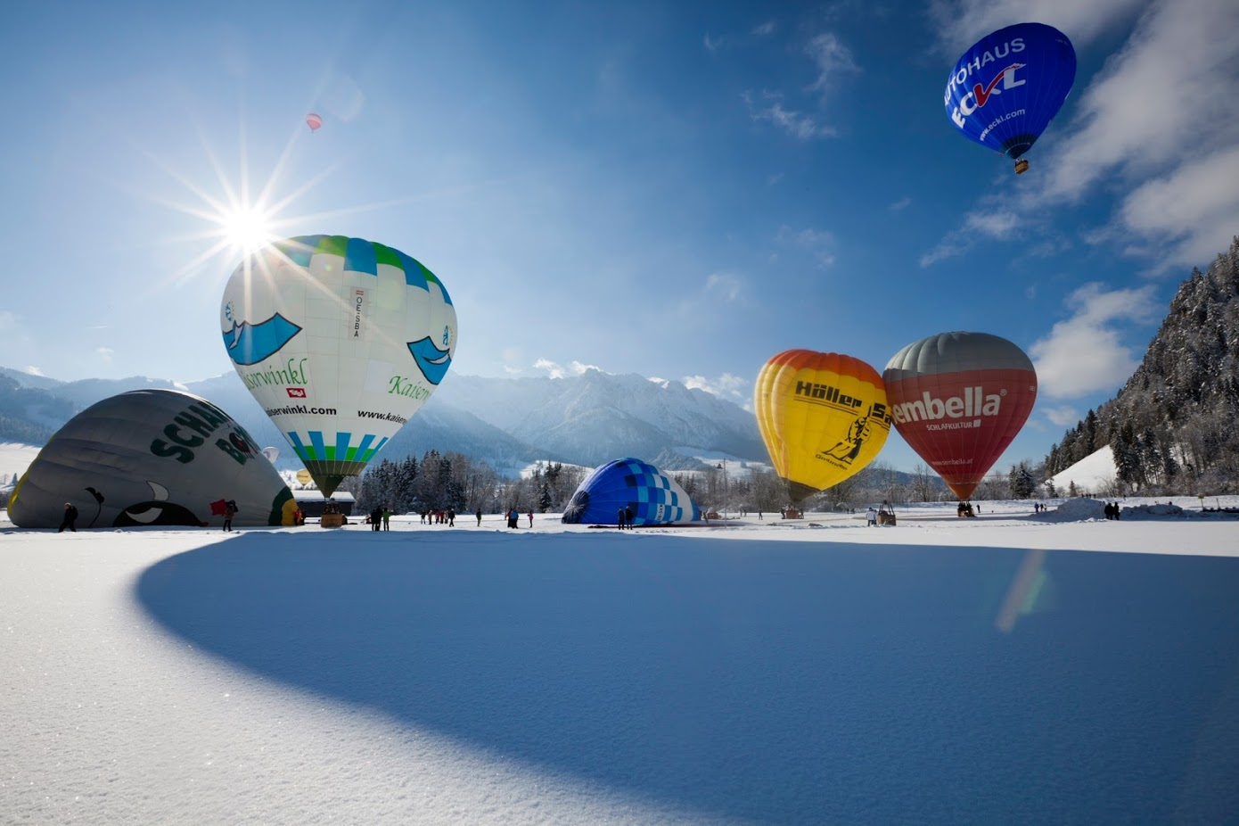Bunte Heißluftballons, die gerade abheben