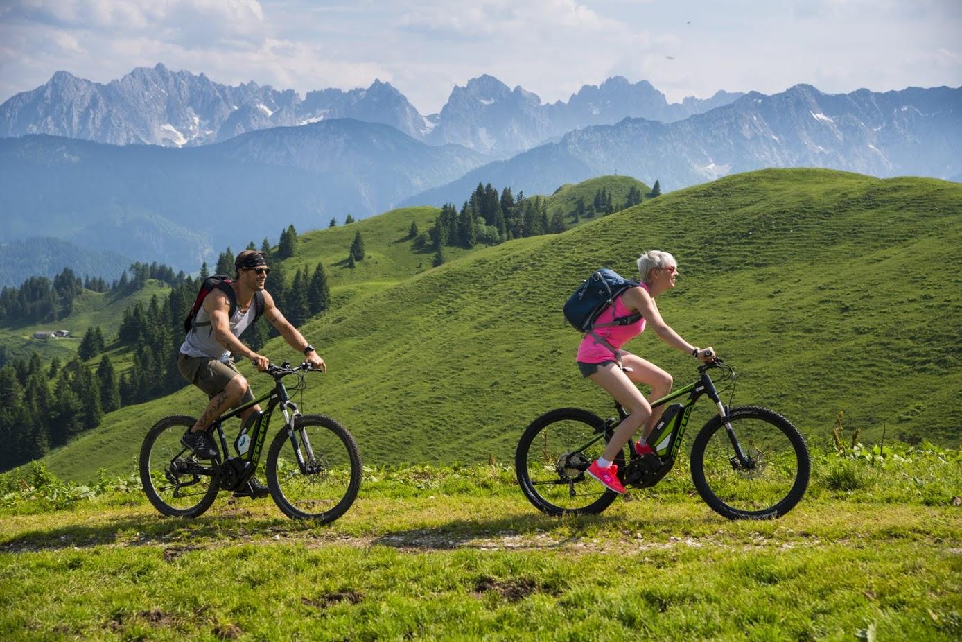 E-Bikefahrer auf dem Berg