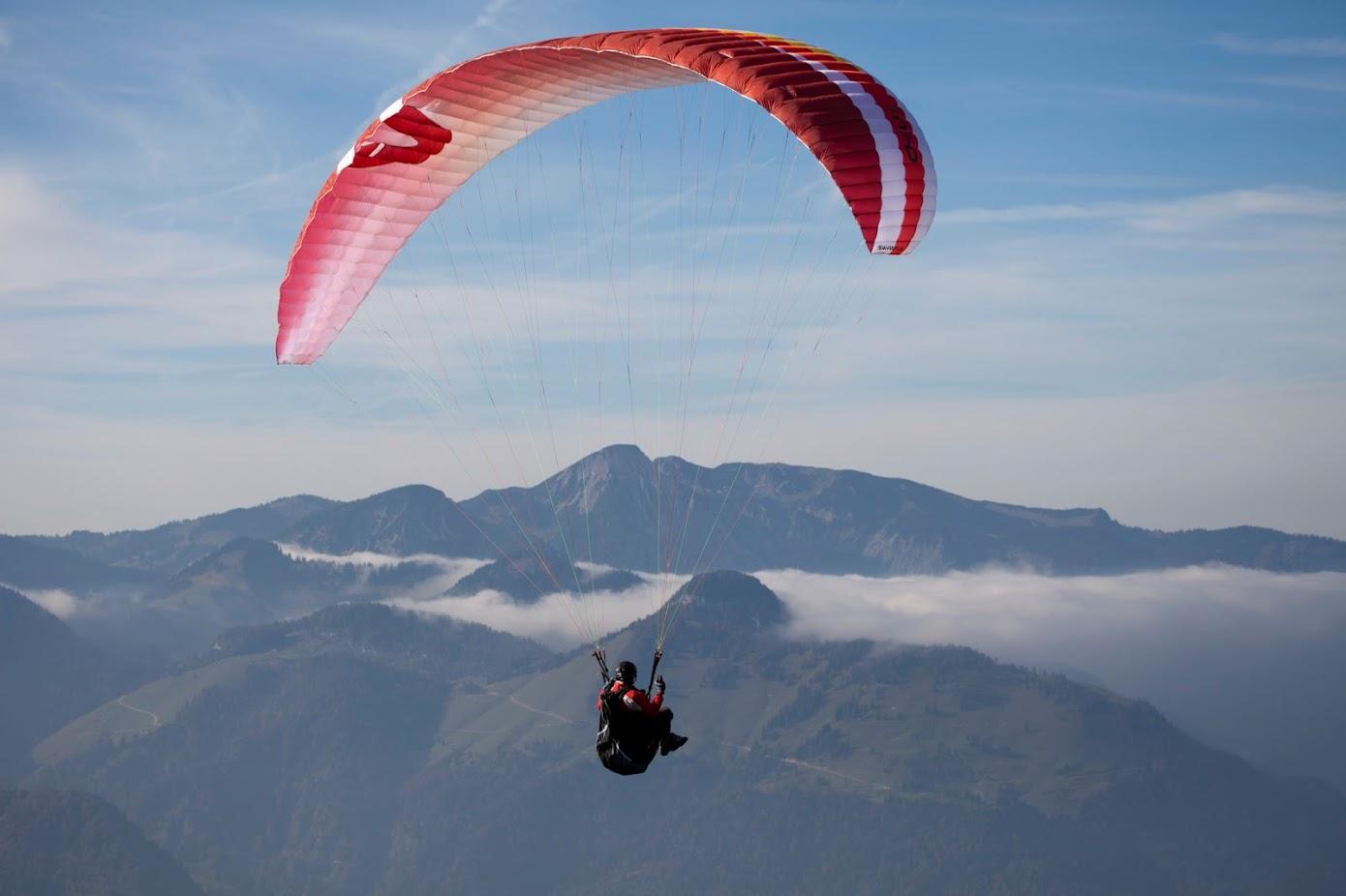 Paragleiter, der über den Wolken fliegt