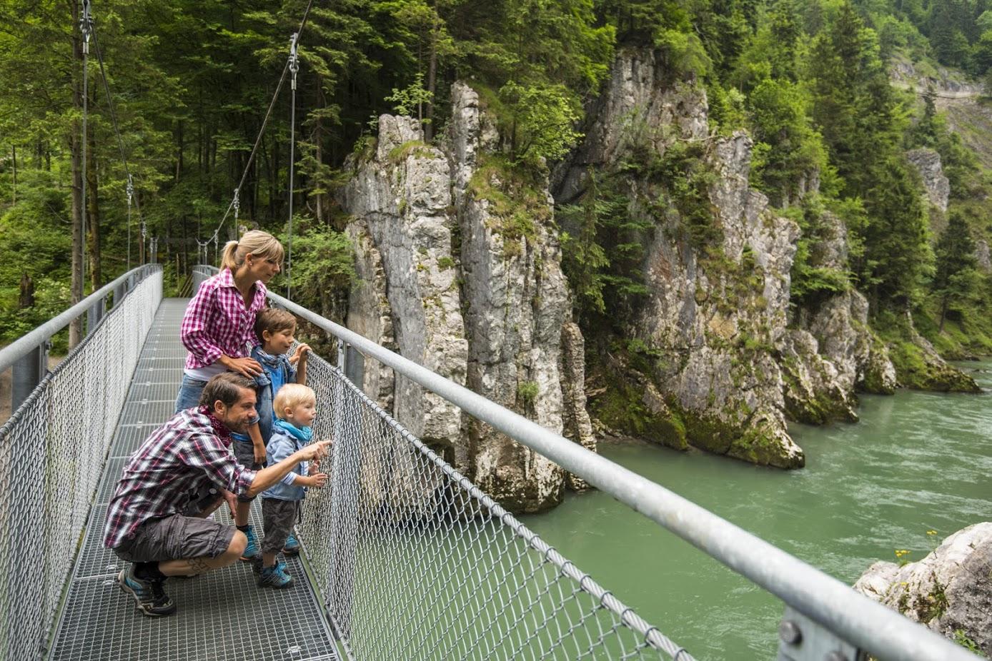 Hängebrücke mit Familie in der Klobenstein-Schlucht