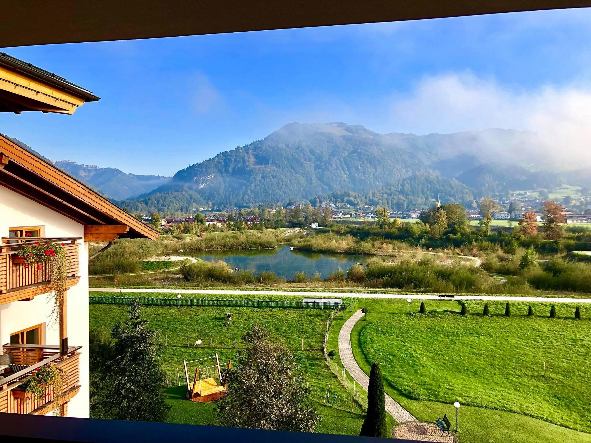 Aussicht aus einem Zimmer auf das Naturschutzgebiet hinter dem Hotel Waidachhof