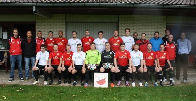 Das Team bei der Übergabe der neuen Trikots für die Saison 2014/2015 mit Sponsor Dennis Treiber (rechts im Bild)