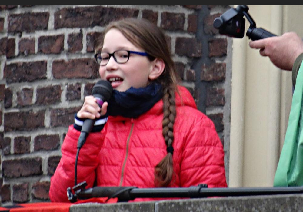 Linn spricht spontan zur Menge über ihre Begeisterung für die Sache und dafür, dass viele gekommen sind