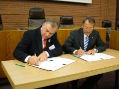 Chairman York (left) and County Executive Gall signing the partnership documents in Hofheim, in 2006. (Photo: MTK)