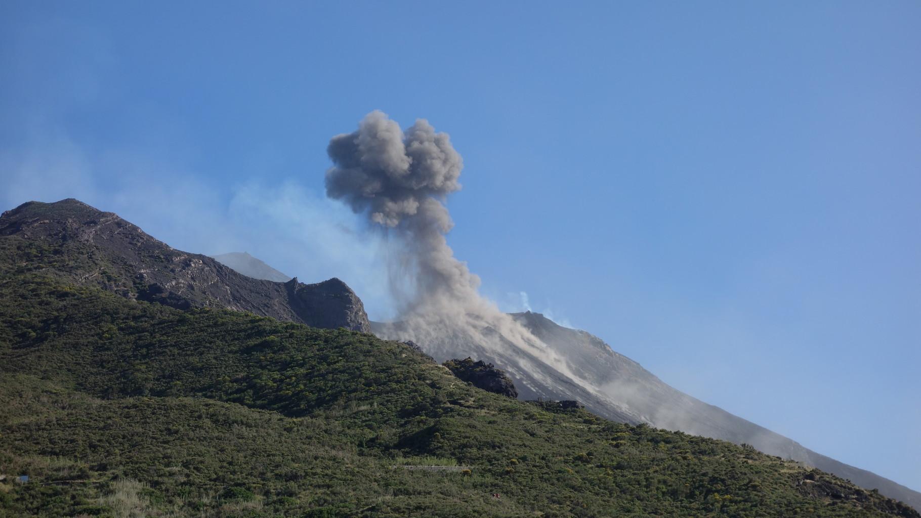 Ansicht von einem Café am Fuße des Vulkans Stromboli