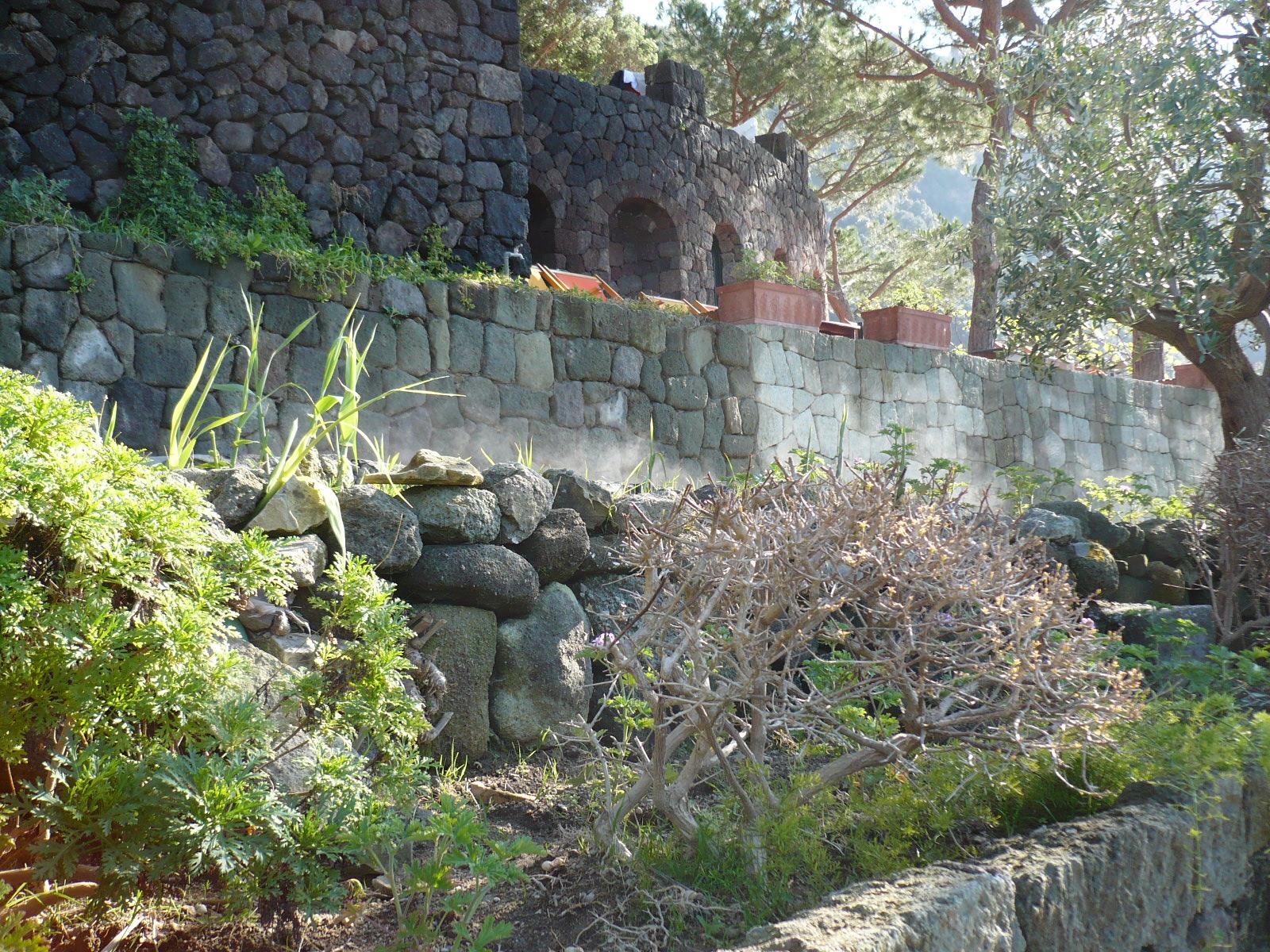 An vielen Stellen ist die Gartengestaltung wildromantisch.