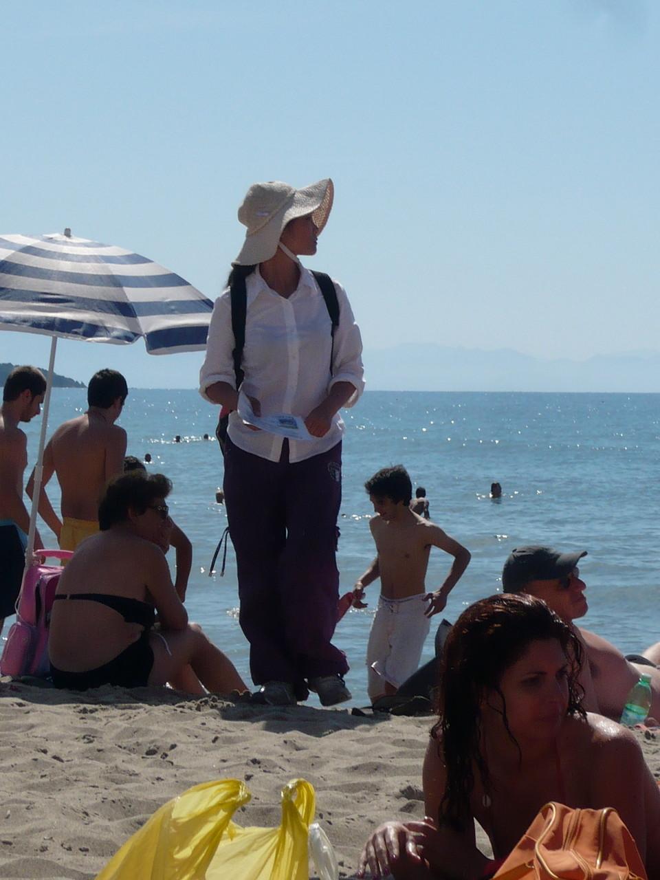 An den Stränden, hier in Cefalù, sind viele Asiaten unterwegs, die Massage anbieten.