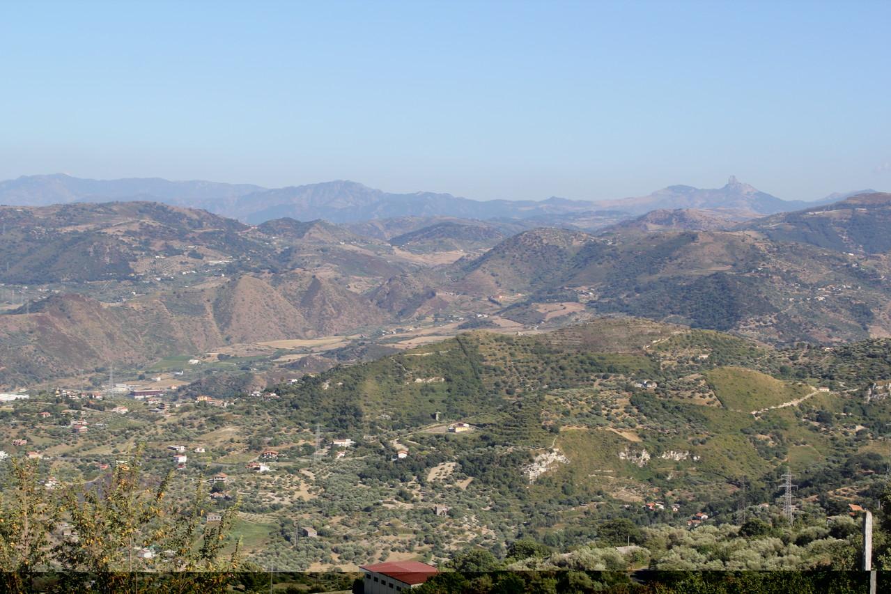 Sizilien pur und typisch: Hügellandschaften, mal grün, mal karg.