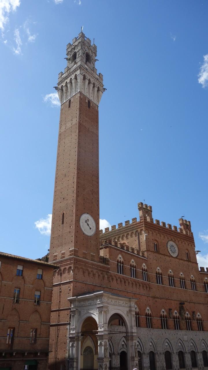....das Wahrzeichen Sienas, den Torre di Mangia....