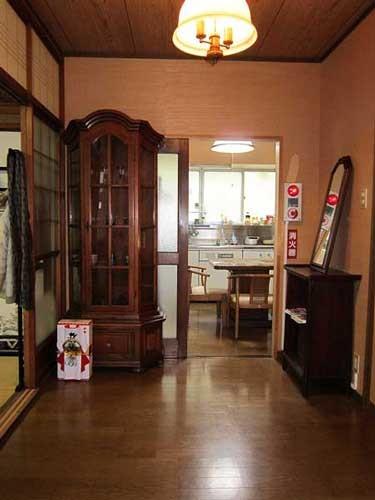 玄関 アンティーク家具たちが旅人の疲れを癒します。 知多半島のパンフレット、全国ゲストハウスのフライヤーも設置しています。
