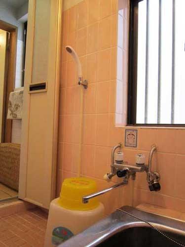 シャワールーム 24時間お使い頂けます。晴れの日は太陽熱温水器で沸かしたシャワーの日もあります。
