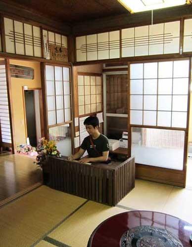フロント 江戸時代にタイムスリップしたような番台です。宿泊料はチェックイン時に前払いでお願いします。