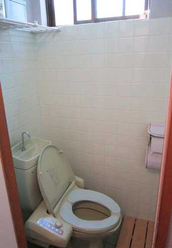 トイレ ウォシュレット、エチケットボックス完備です。風通しも良いです。