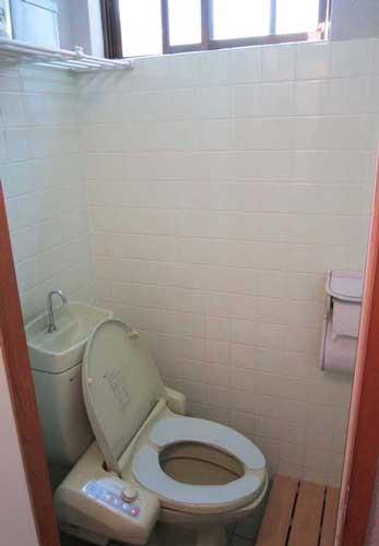 トイレです。上に窓があり、日中光が差します。風通しも良いです。