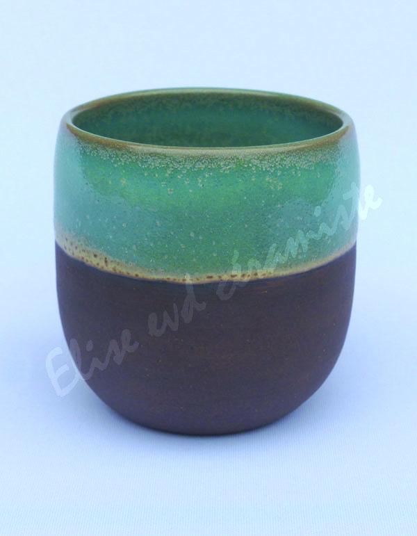 La tasse nue couleur chocolat est très douce au toucher