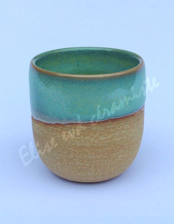 La tasse nue couleur sable est légèrement granuleuse