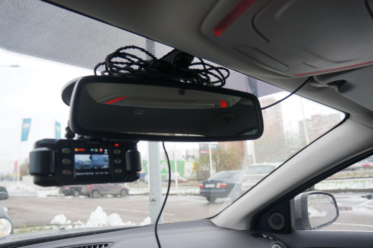 Автомобильный регистратор довольно неплохо пристраивается перед зеркалом, не ограничивая обзор
