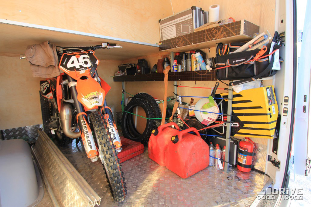 Мотоцикл KTM, инструменты, запчасти - простые и функциональные решения без излишнего пафоса