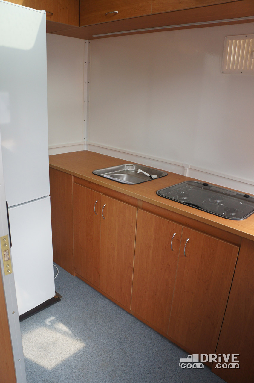 Раковина, газовая плита на три комфорки, Двухкамерный холодильник. На передней стенке видна решетка для естественной вентиляции
