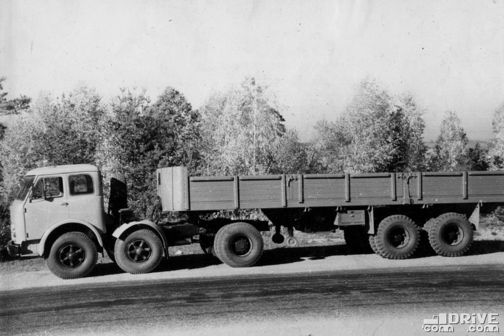 МАЗ-520В с полуприцепом МАЗ-1,5-ПП-20, грузоподъемность 20 000 кг.