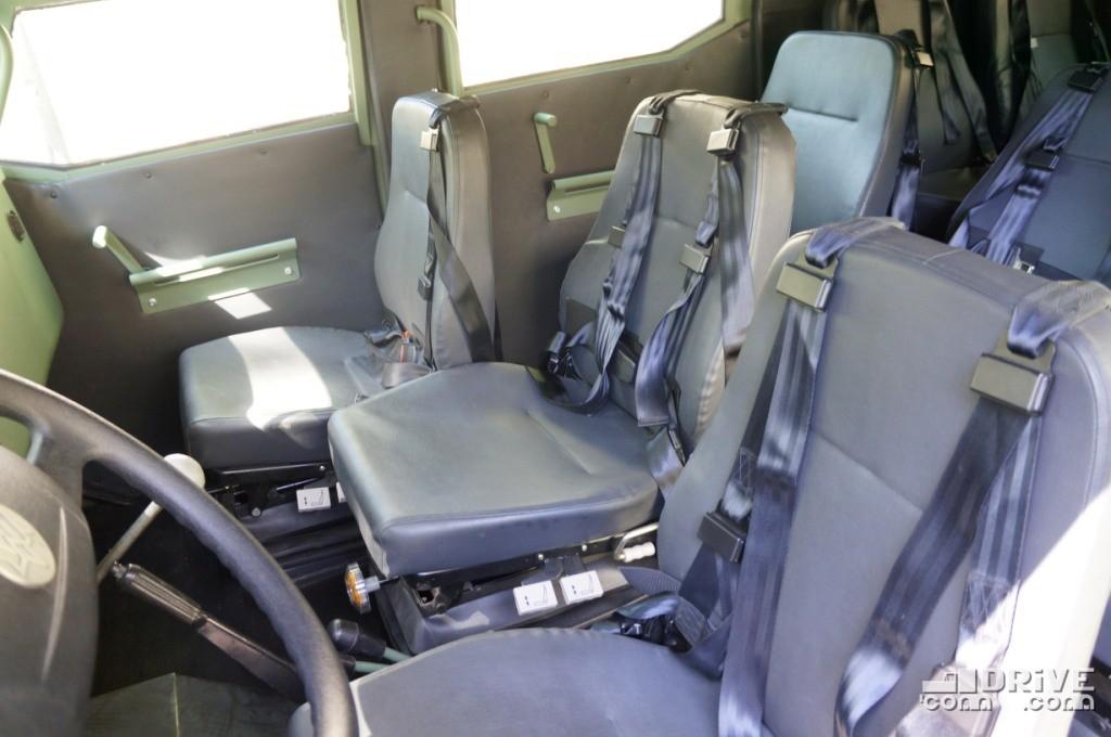 Сиденья расположены по три в ряд. Причем, для большего комфорта среднее кресло смещено назад относительно крайних