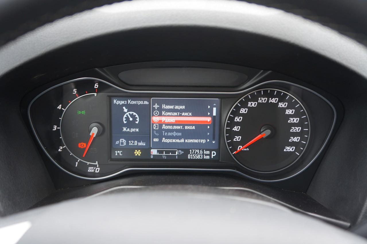 Показания щитка приборов Ford Convers+ с цветным экраном  легко считываются в любую погоду