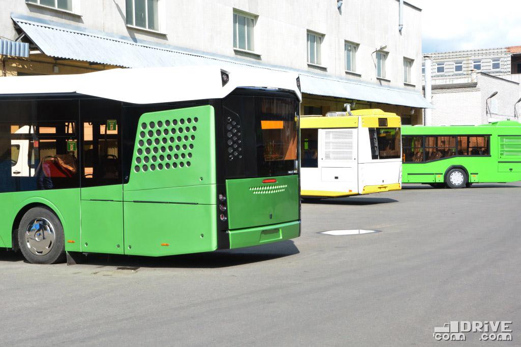 Наглядный пример дизайнерской эволюции МАЗа: МАЗ-303, МАЗ-203 и МАЗ-103 вдалеке