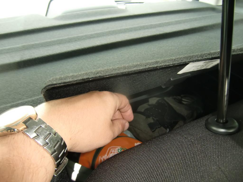 А так можно залезть под шторку багажника, не беспокоя соседей по креслам