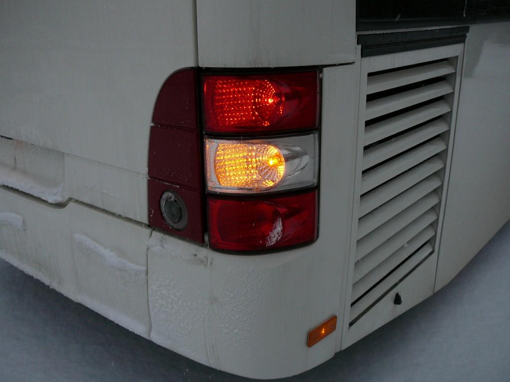 Задняя светотехника сконцентрирована на корпусе. На крышке моторного отсека только фонарь заднего хода и светоотражающие элементы