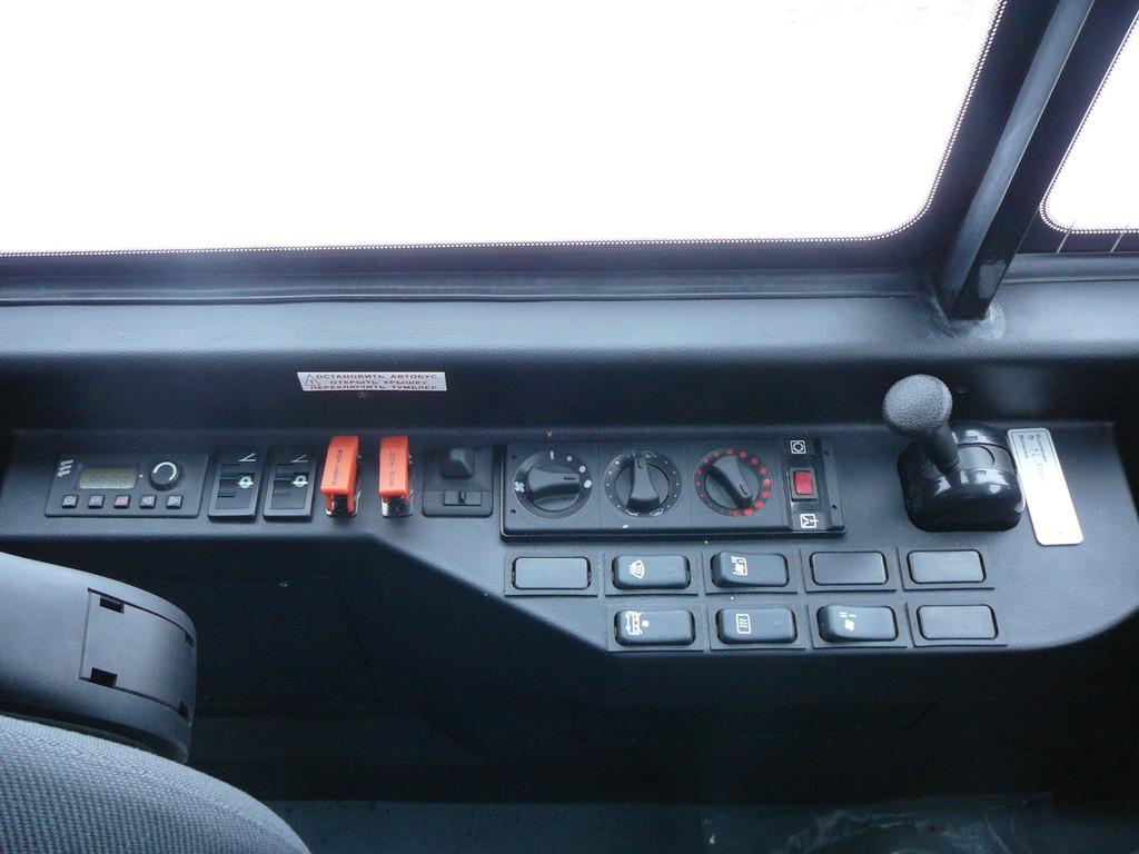 """На левом """"подоконнике"""" сгрупировано управление люками (они здесь с элетроприводом), а также блоки, отвечающие за вентиляцию и отопление кабины"""
