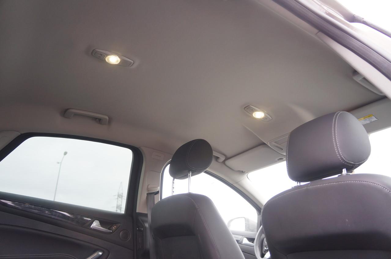 Впереди и сзади стоят светодиодные (LED) лампы для чтения. Кстати, дневные ходовые огни впереди тоже светодиодные