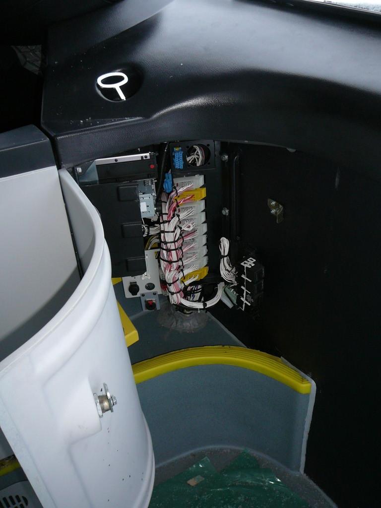 В коомутационном блоке в передней панели есть розетка и даже место для маленького огнетушителя