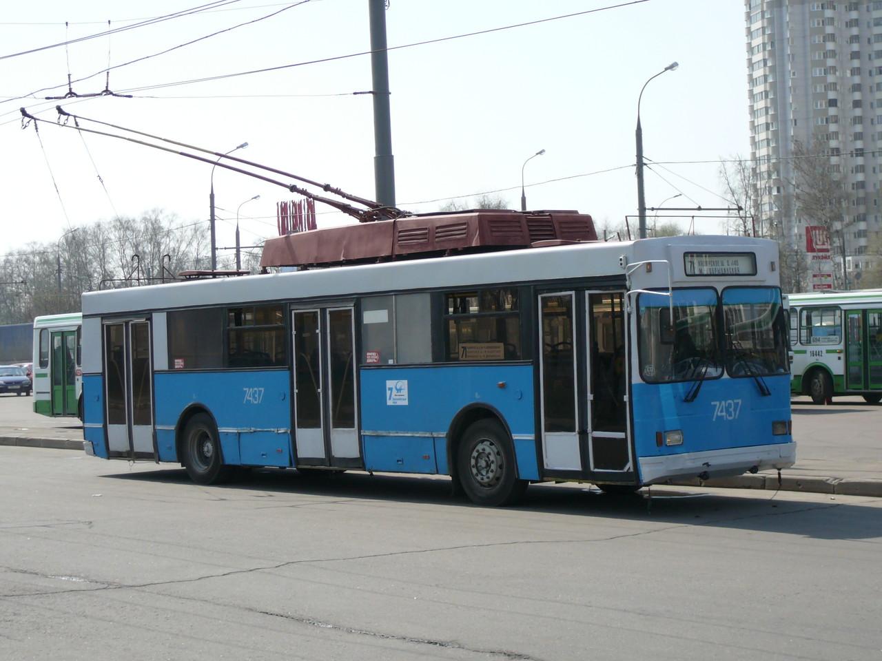 Тролза 5257.00 отличалась низким уровнем пола по всей длине, ради чего контакторную панель спрятали под пол. Москва. 29.04.2009