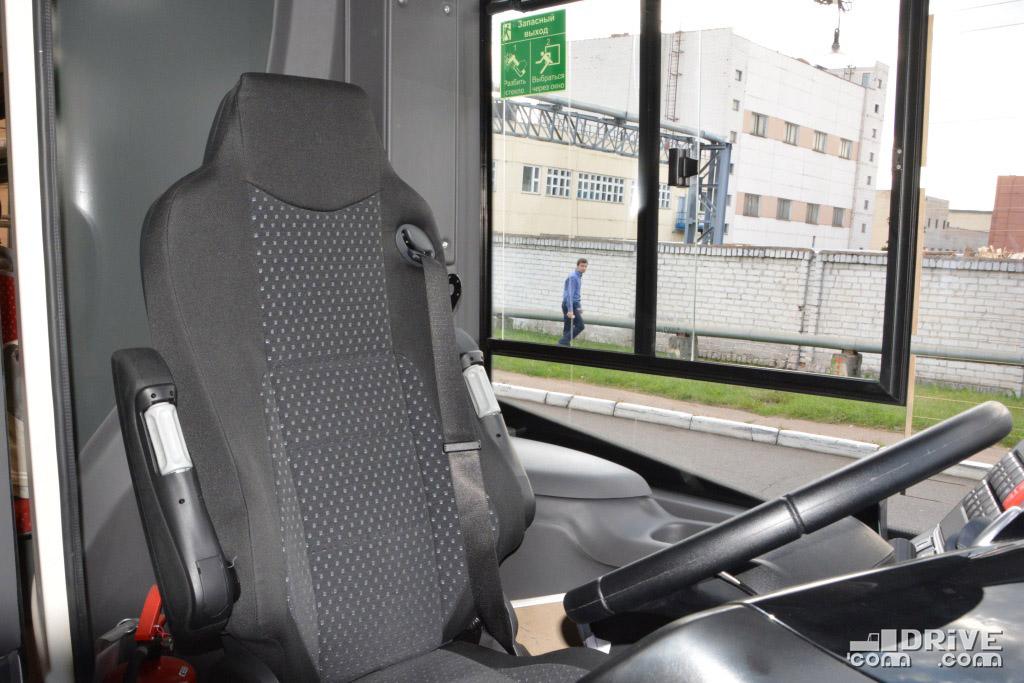 Водительское кресло - поворотное, а в глухой стенке за спиной для европейских перевозчиков будет монтироваться стекло