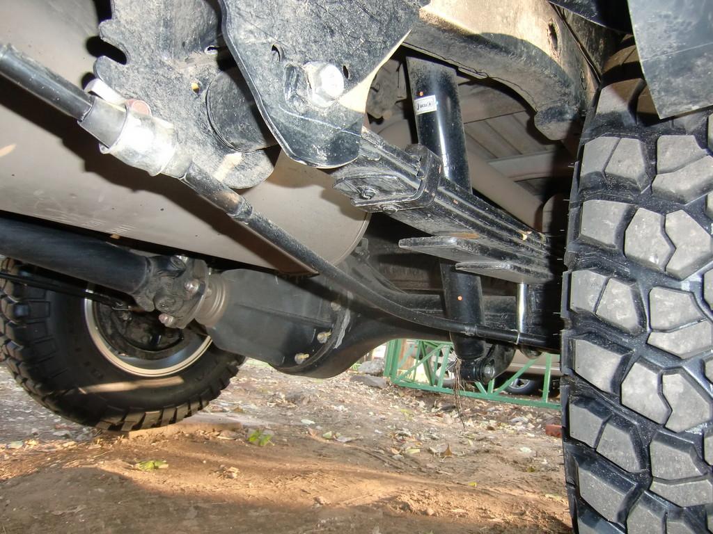 Преодолевая бездорожье будьте внимательны - тросик ручного тормоза закреплен не самыми удачным образом. Впрочем, если не наткнуться на пень или металлический пруток, проблем быть не должно