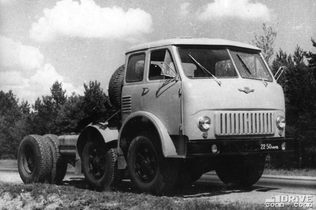 Седельный тягач с двумя поворотными осями МАЗ-520В, нагрузка на седло 10 500 кг.