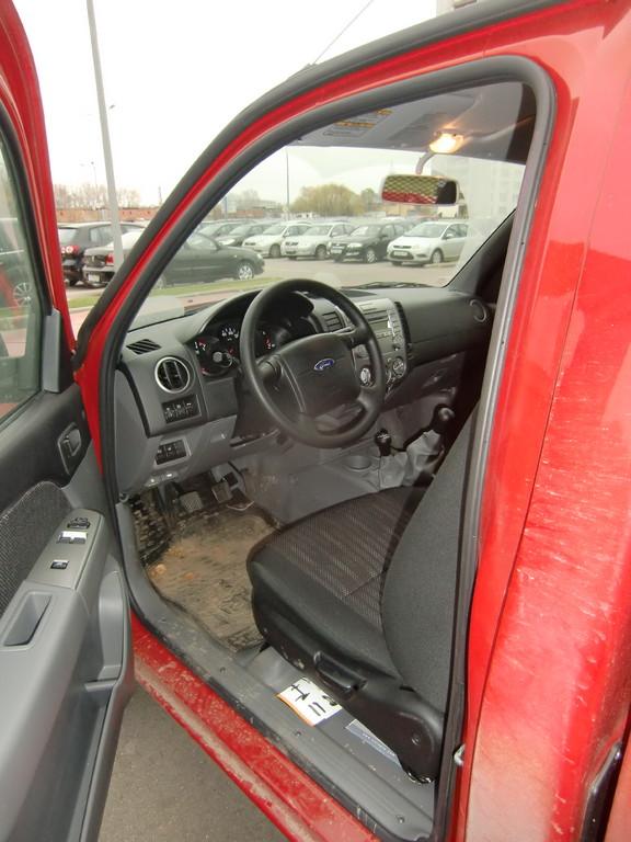 """Отделка салона Ford Ranger Single Cab выполнена в рабочем стиле - никаких лишних изгибов, но моется она практически """"на раз"""""""