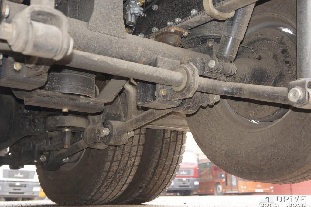 Автомобиль имеет укороченную до 4400 мм колесную базу между 1-й и 2-й осями. 3-я ось - подъемная, со стабилизатором, не поворотная