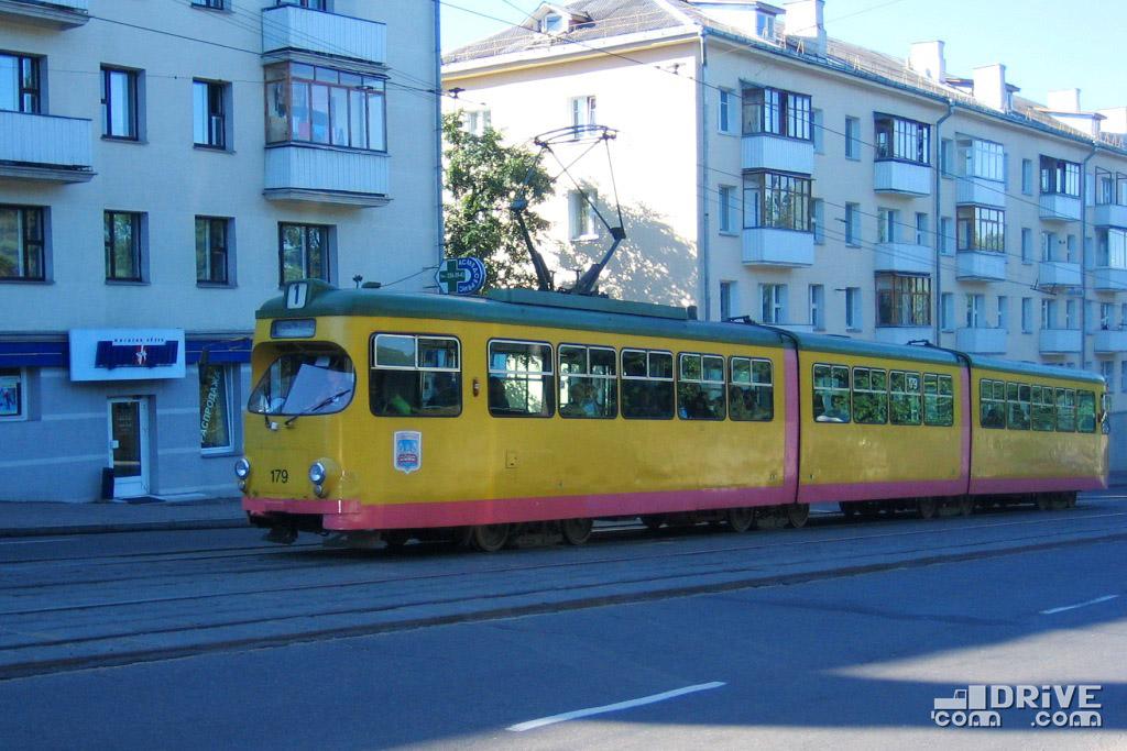 Вагон Duewag GT8-D постройки 1969 года. Много лет эксплуатировался на маршрутах города Карлсруэ в Германии. В 2002 году вышел на линии Минска, где работал до ноября 2009 года, после чего был списан и утилизирован. Минск, ул. Первомайская. 03/08/2007