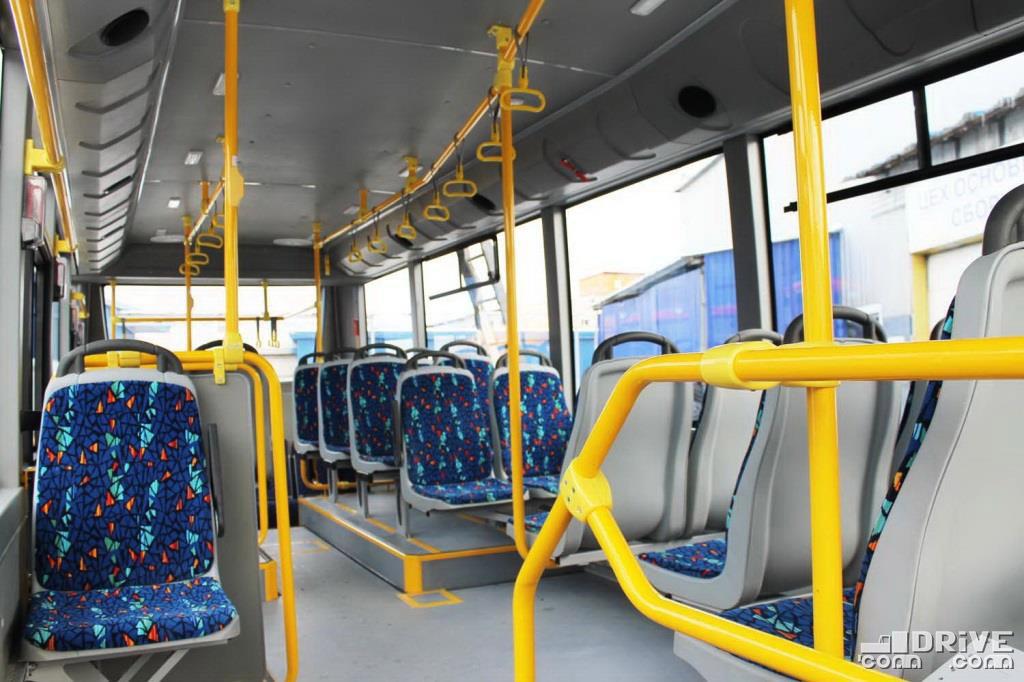 Впереди трехрядная планировка, сзади сиденья установлены уже в четыре ряда