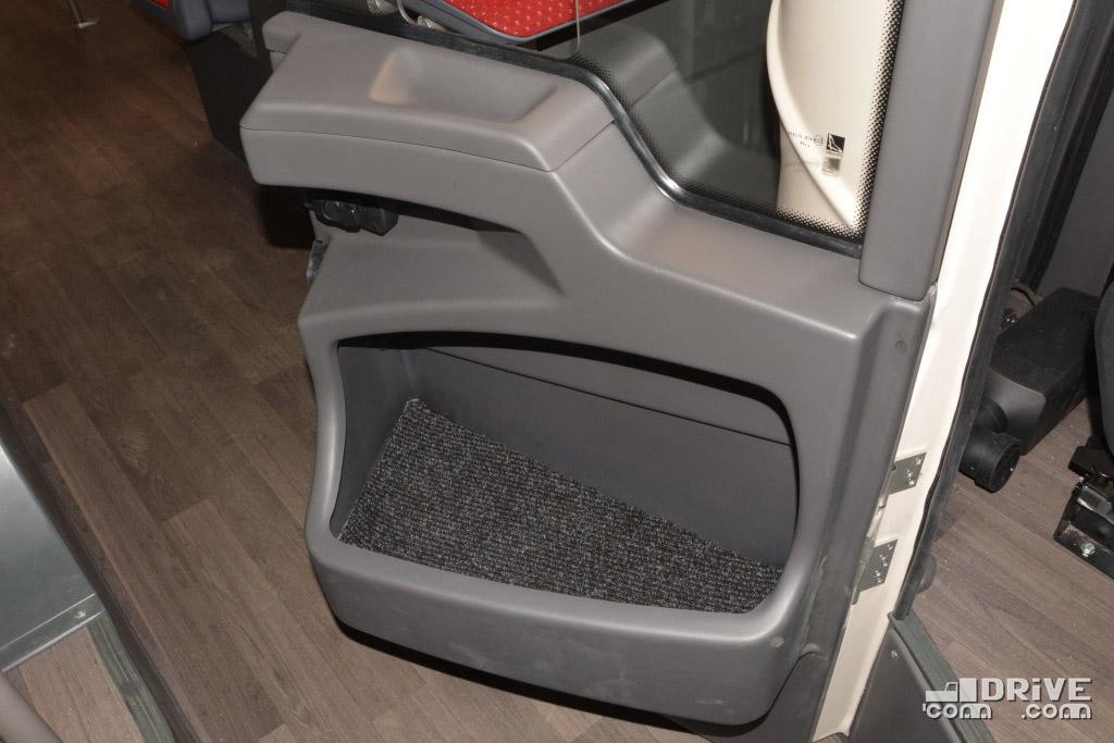 Дверь в кабину распахивается на 180 градусов. Обратите внимание на огромный карман