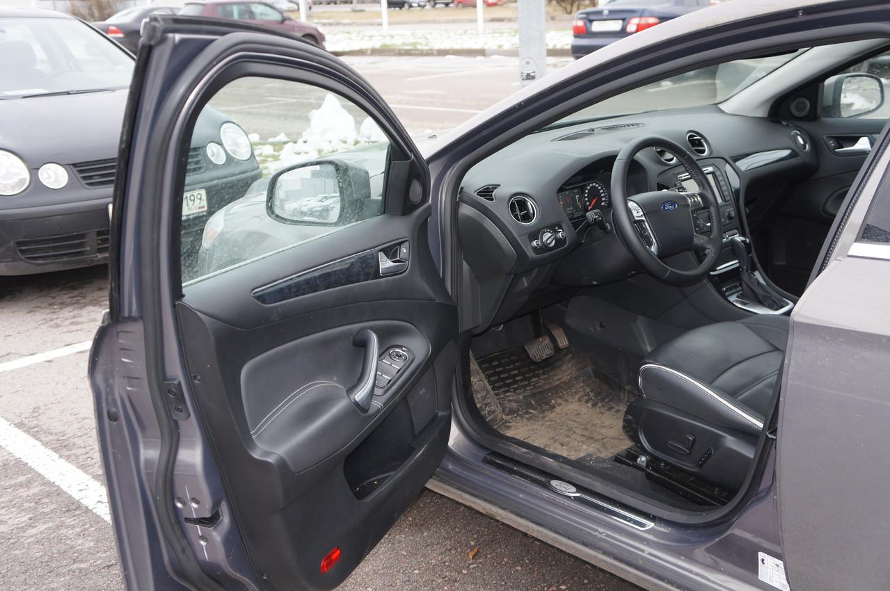 Внутренняя архитектура водительской двери предоставляет сразу несколько претендентов на роль левого подлокотника