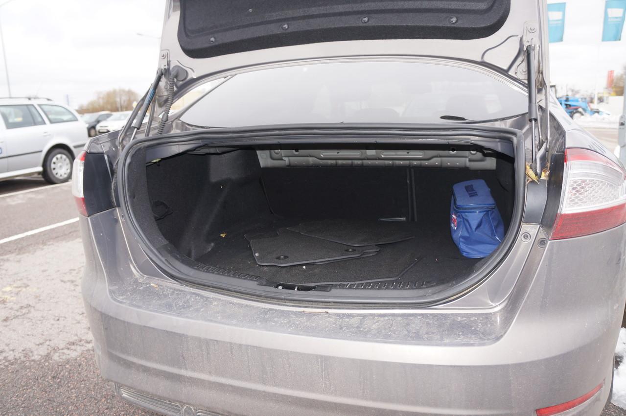 Хотя визуально багажник кажется узким и небольшим, это не так