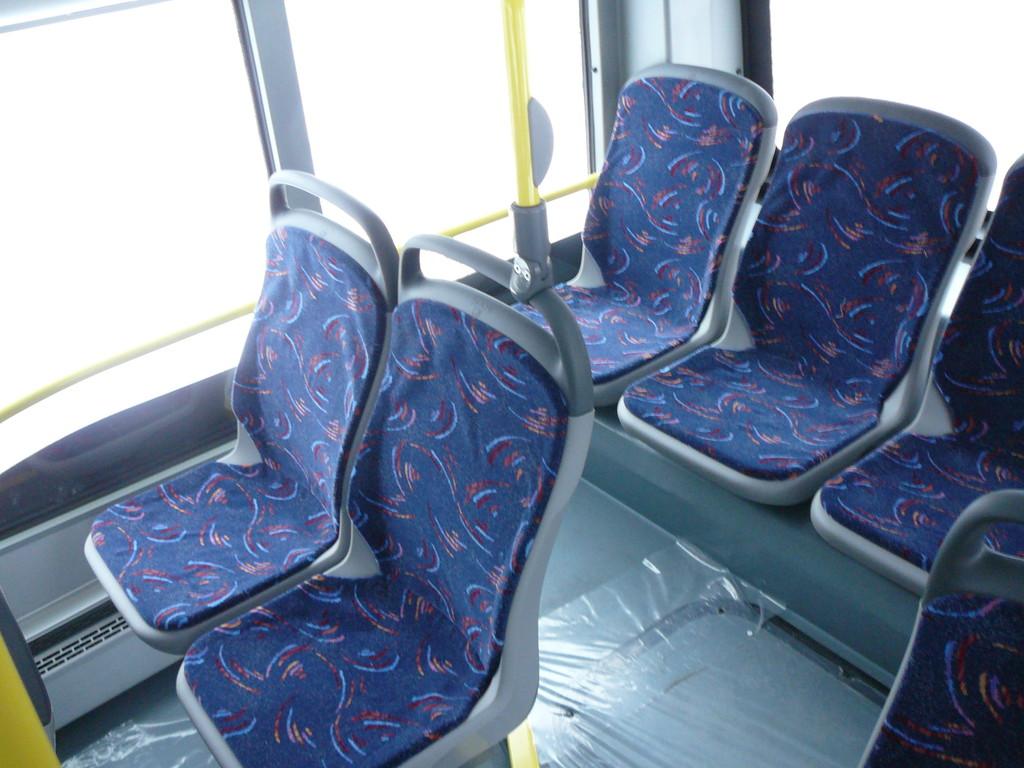 Перед последним рядом кресел, пространства для ног на 15 см больше, чем на других рядах