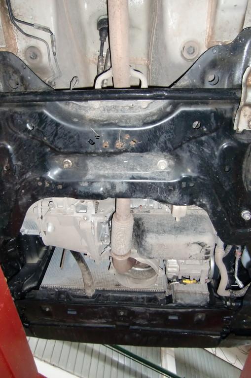 Защиты двигателя вроде как бы и нет, но подвеска и передний щиток его частично прикрывают