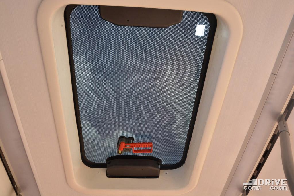 Прозрачный люк в потолке - очень грамотный пример, как можно совместить дополнительное освещение и защиту от солнечных лучей