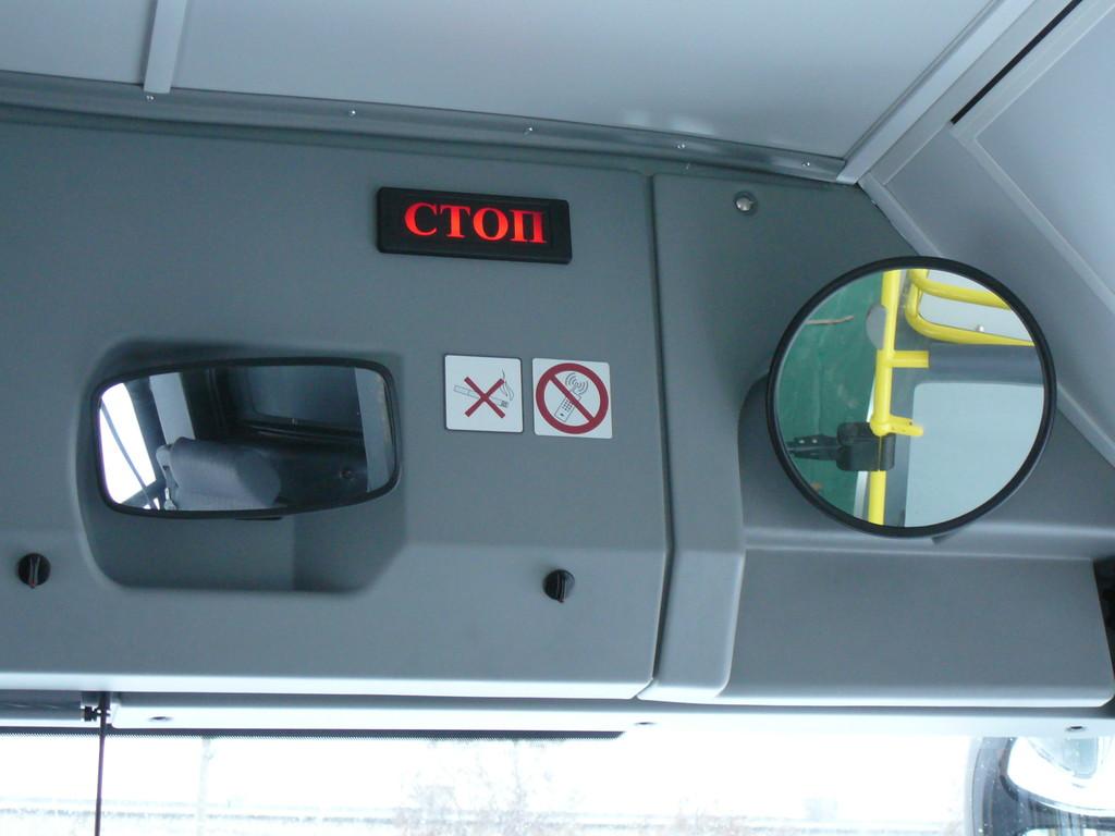 Сигнал «Стоп» дублируется на панели пиктограммой и звуковым сигналом. А внутрисалонных зеркал сразу два